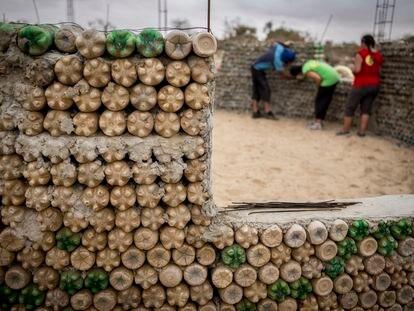 Construcción de un aula para niños con botellas de plástico.
