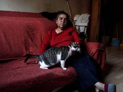 Manuela Cortés, en la casa que ocupa en Camarma de Estertuelas, en la Comunidad de Madrid.
