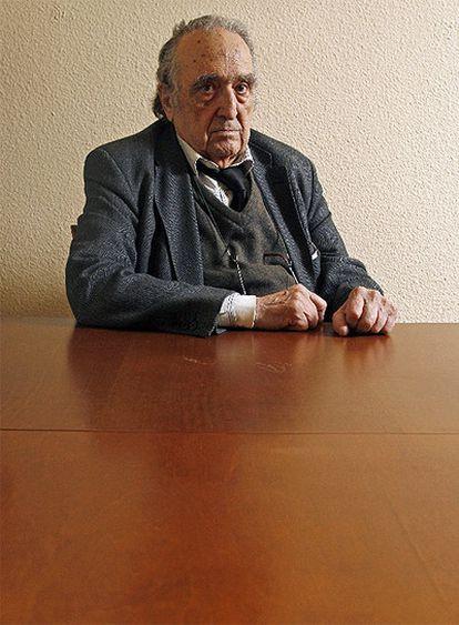 El escritor Rafael Sánchez Ferlosio (Roma, 1927) ha logrado el Premio Nacional de las Letras Españolas que concede el Ministerio de Cultura a toda una trayectoria. Ensayista, novelista y ácido polemista, ya obtuvo el Cervantes, máximo galardón de la literatura en español, en 2004. Su obra se caracteriza por el comrpomiso con el lenguaje preciso y la guerra contra el cliché.