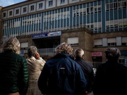 Ex alumnos del Colegio El Pilar de los Maristas en Vigo, delante del centro educativo donde denuncian que sufrieron abusos sexuales cuando eran menores por parte de profesores religiosos.îscar Corral21/05/21