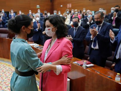 Rocío Monasterio (izquierda) felicita a Isabel Díaz Ayuso tras ser investida presidenta de la Comunidad de Madrid, el 18 de junio.