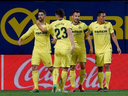 Los jugadores del Villarreal felicitan a Álvaro (izquierda), autor del 1-0 al Sevilla.