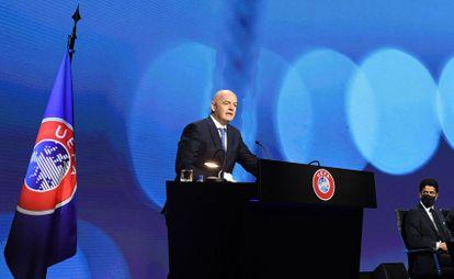 El presidente de la UEFA, Gianni Infantino, durante su intervención en el Comité Ejecutivo del organismo europeo ante la mirada de Nasser Al-Khelaifi, presidente del PSG
