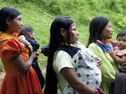 Norfilia Caizales y otras mujeres embera con sus bebés escuchan una conferencia en una vereda colombiana.