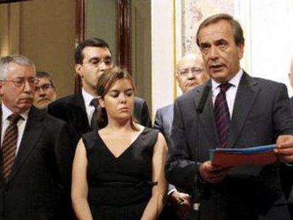 El portavoz socialista en el Congreso José Antonio Alonso lee el comunicado de condena al atentado de ETA, arropado por los represantes del resto de grupos y agentes sociales