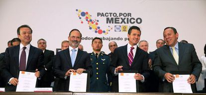 Los presidentes de los tres principales partidos junto a Peña Nieto.