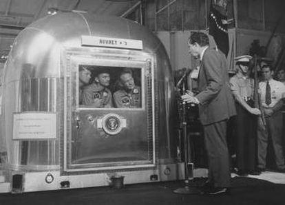 El presidente de EE UU Richard M. Nixon habla a los astronautas Neil Armstrong, Buzz Aldrin and Michael Collins.