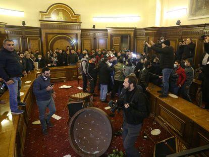 Decenas de personas protestan en el interior del Parlamento de Armenia, en Ereván, contra el acuerdo para Nagorno Karabaj, este martes.
