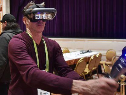 Presentación de unas gafas de realidad virtual de Lenovo, en CES 2018.