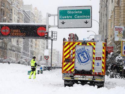 Efectivos de bomberos trabajan junto al túnel de Cuatro Caminos durante el sábado 9 de enero.