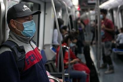 Usuarios en un vagón de la L5 en mayo de 2020.