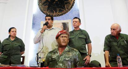 Maduro, en un acto junto a representantes militares.