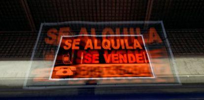 Carteles de se alquila y se vende en Madrid.