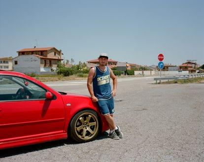 Jaime García posa junto a su Golf R32 en Bujaraloz, en el borde sur del desierto de los Monegros.