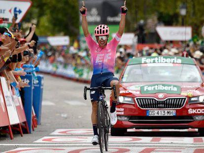 Sergio Higuita celebra su victoria de la 18ª etapa de la Vuelta.