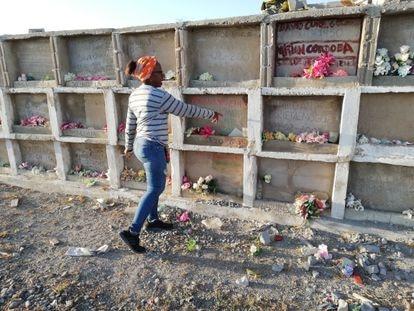 Sonia Bermúdez Robles, frente al primer pabellón que se construyó en el cementerio.