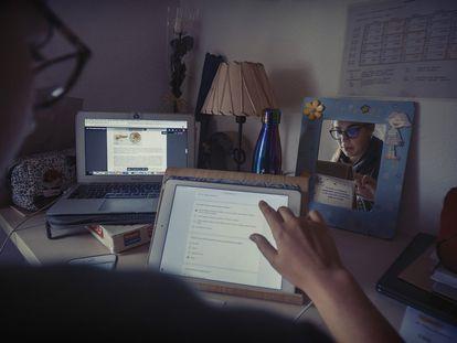 Carmen estudia un ciclo formativo de grado superior. En la imagen, realiza un examen 'online' de Anatomía.