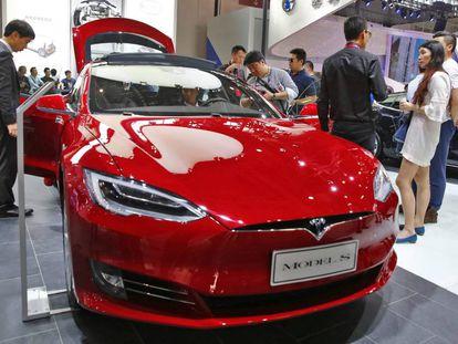 Vista del automóvil eléctrico Tesla Model S.