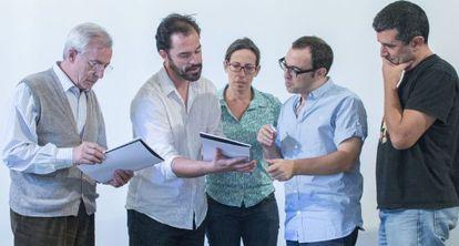 De izquierda a derecha, Roberto Quintana, Gregor Acuña, Amparo Marín, Sergi Belbel y Antonio Tabares, durante un ensayo en Sevilla.