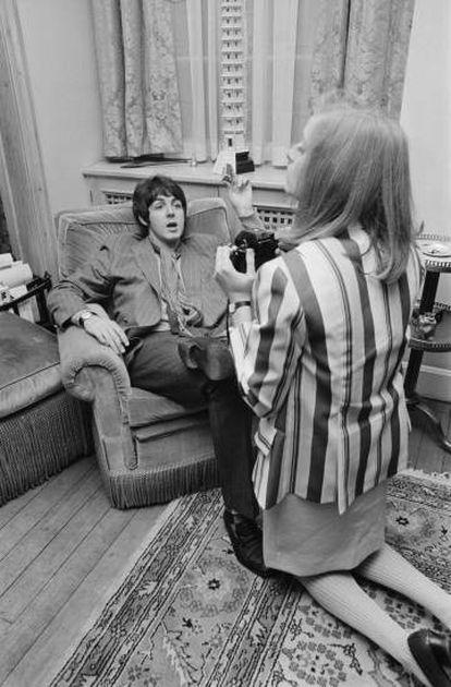 Linda fotografiando a Paul McCartney, cuatro días después de conocerse, durante la presentación del disco 'Sergeant Pepper's Lonely Hearts Club Band' en 1967.