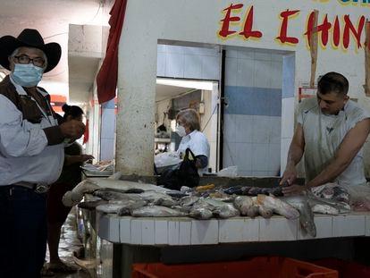 Comerciantes de pescado en el puerto Champotón, en Campeche, el primer Estado en volver a semáforo verde.