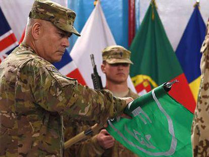 John Campbell enrolla la bandera de la misión ISAF en Kabul.