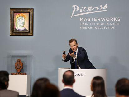 El subastador Oliver Barker anima la puja, este sábado en el casino Bellagio de Las Vegas por el cuadro 'Femme au béret rouge-orange', de Picasso, que se vendió por 40,47 millones de dólares.