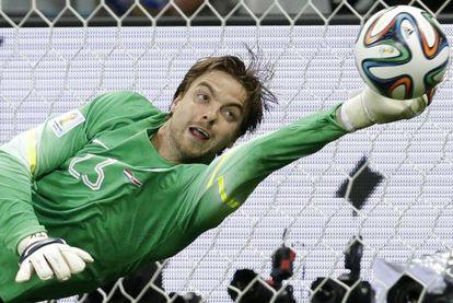 Krul detiene un penalti a Costa Rica.
