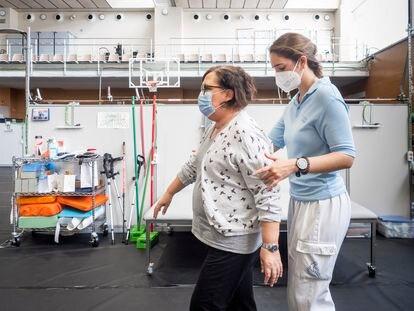 Carme Cañas practica sus ejercicios de rehabilitación tras superar la covid, en el Institut Guttmann de Barcelona en marzo.