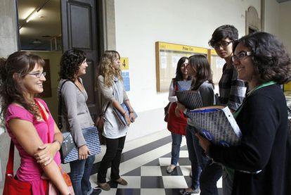 Un grupo de alumnas de sexto de Medicina, en la facultad de la Universidad de Barcelona.