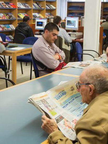 Prensa, libros y ordenadores en la Biblioteca Pública de Andalucía, en Granada.