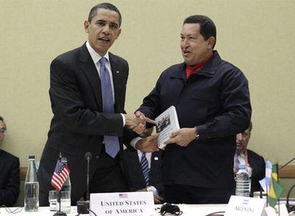 El presidente estadounidense recibe de su homólogo venezolano un ejemplar de 'Las venas abiertas de América Latina'