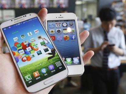 Un Galaxy S4 de Samsung y un iPhone 5, de Apple