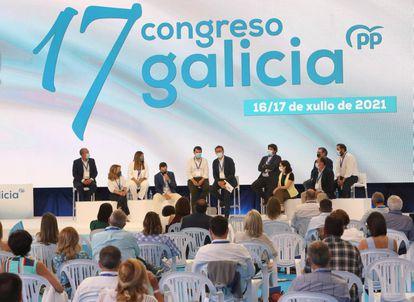 Los líderes autonómicos del partido en Madrid, Andalucía, Castilla y León, Murcia, Castilla-La Mancha, Extremadura, País Vasco, Aragón, Asturias y Cantabria arropan a Alberto Núñez Feijóo, en el centro, durante el 17º congreso del PP de Galicia.