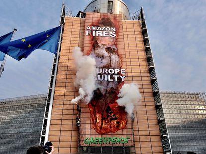 Acción de Greenpeace para criticar el acuerdo comercial entre la UE y el Mercosur,  en septiembre en la sede de la Comisión Europea.