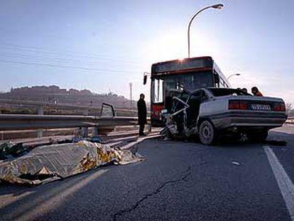El cadáver del conductor del turismo siniestrado, en la calle de Embajadores sobre la M-30, lugar del accidente.
