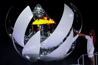 La tenista japonesa Naomi Osaka enciende el pebetero olímpico durante la ceremonia inaugural de los Juegos, este viernes en el Estadio Olímpico.