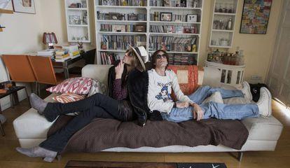 Los integrantes de Los Labios, en el sofá.