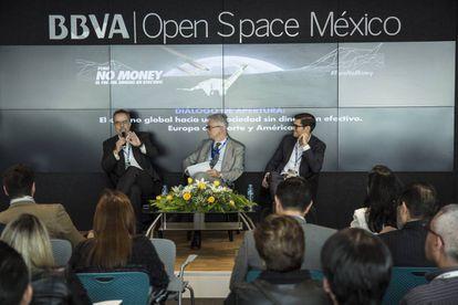 Juan Pardinas, director general de IMCO, Javier Moreno, director El PAÍS América y Nicolás Léon, Trade commissioner Ciudad de México de Business Sweden, durante el foro No Money.