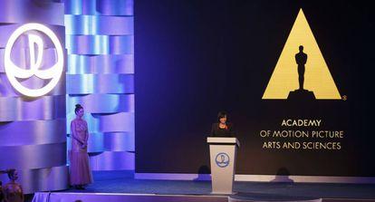 La presidenta de la Academia de Artes y Ciencias Cinematográficas, Cheryl Boone Isaacs, en el acto privado para Wing Jianlin.
