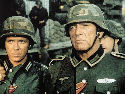 Richard Burton (derecha) como el sargento Steiner en 'Cerco roto'.