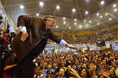 Kirchner saluda a sus seguidores en Rio Gallegos, tras renunciar como gobernador para asumir la Presidencia.