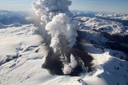 Imagen suministrada por el Ejército de Chile que muestra al volcán Cerro Hudson, en el sur del país, en erupción. Las autoridades decretaron la alerta roja en octubre pasado. Los habitantes de las poblaciones cercanas han sido evacuados.