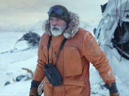 George Clooney, como el científico Augustine Lofthouse durante una escena de la película 'Cielo de medianoche'