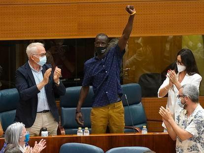 El diputado, Serigne Mbayé, tras las acusaciones de la portavoz de Vox, Rocío Monasterio, en la Asamblea de Madrid.