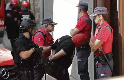 La Policía Foral de Navarra, durante el traslado de uno de los acusados del crimen de Cáseda al juzgado de Aoiz en 2019.