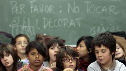 Alumnado del colegio Pare Català de Valencia en la campaña de matriculación en valenciano de 2009.