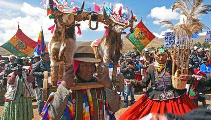 Unos indígenas aimara participan el pasado domingo en un ritual para pedir lluvias en Laja, Bolivia, donde se está sufriendo una fuerte sequía.