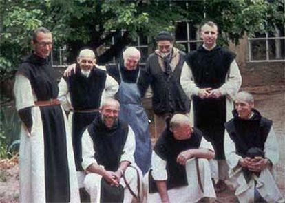 Cuatro de los siete monjes asesinados en Argelia. Christian de Cherge, de pie, a la izquierda; Luc Dochier, de pie, segundo por la derecha; Christophe Lebreton, sentado, a la izquierda, y Michael Fleury, sentado, a la derecha. La foto fue tomada en el monasterio de Tibéhirine.