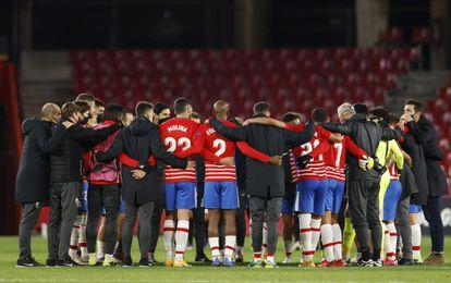 Los jugadores del Granada celebran la histórica clasificación para la fase de eliminatorias.